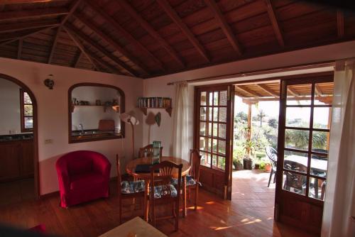 Wohnzimmer mit offener Küche und angrenzender Terrasse