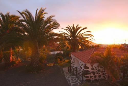 Sonnenuntergang über dem Haus mit Blick auf das Meer
