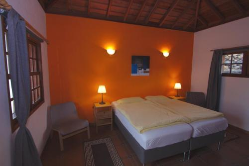 Schlafzimmer mit typisch kanarischer Holzdecke